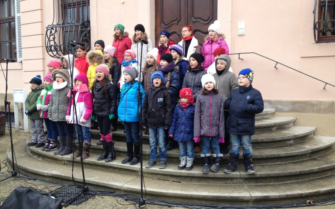 Kinderchor ChOhrwürmer auf dem Weihnachtsmarkt in Bönnigheim